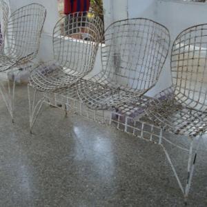 78 versiones de la silla Modelo No. 420C de Harry Bertoia